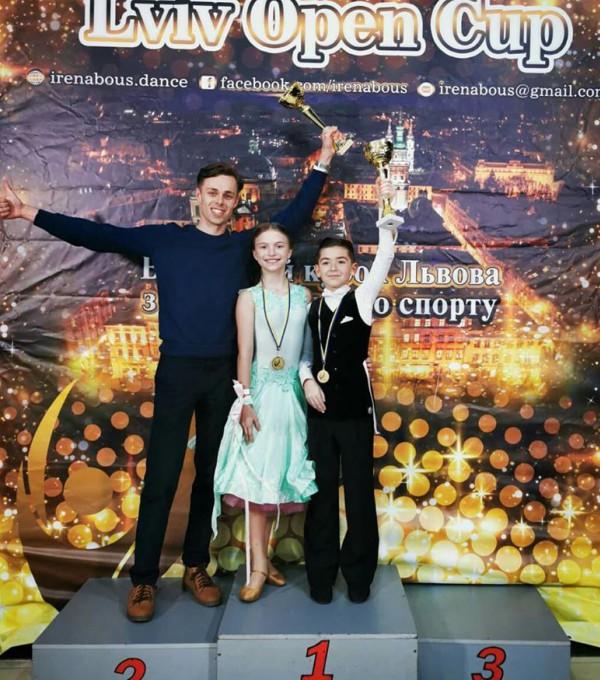 Богдан та Аліна та їх тренер  Максим святкують чергову перемогу.